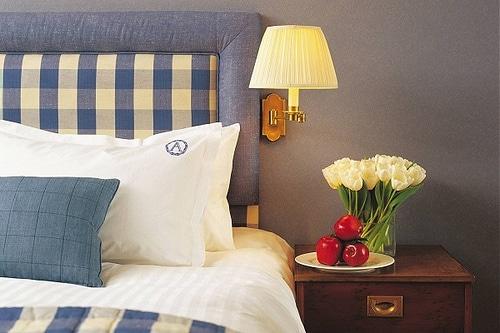 Noční stolek a postel