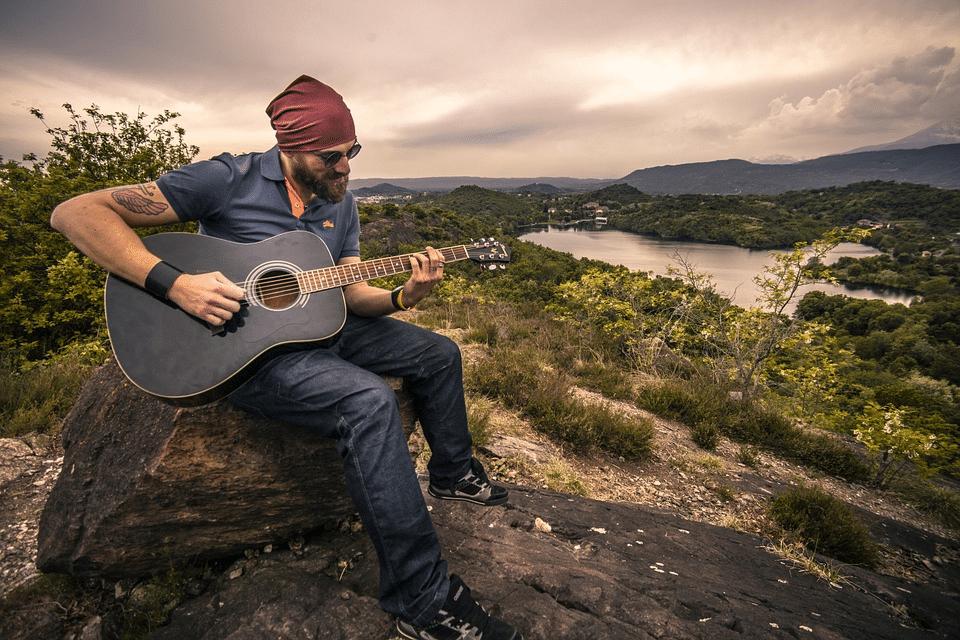 muž s kytarou